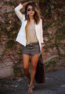 8白のテーラードジャケット×ショートパンツ×ベージュTシャツ