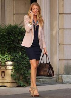 9ピンクのテーラードジャケット×黒タイトワンピ×ハンドバッグ