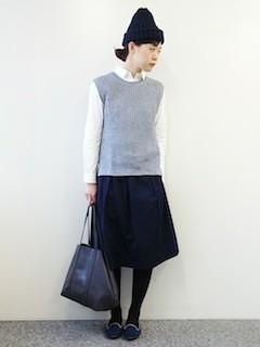 1グレーニットベスト×白シャツ×黒フレアースカート