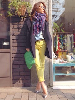 1黄色パンツ×ストール×トレンチコート