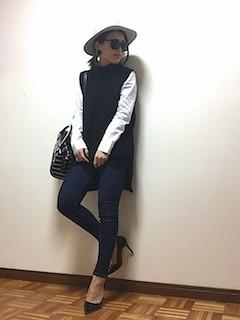 10黒ニットベスト×白シャツ×デニムレギパン