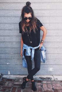 10黒パンツ×黒Tシャツ×ダンガリーシャツ