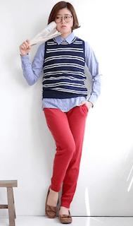 2ボーダー柄ニットベスト×ブルーシャツ×赤パンツ