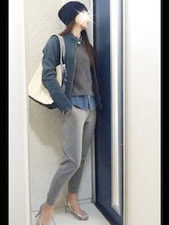 2青のレザージャケット×グレーニット×スゥエット素材パンツ