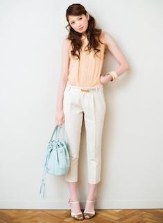 4白パンツ×ノースリブブラウス×水色ショルダーバッグ
