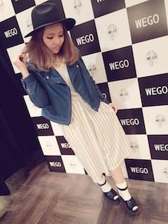 4青のレザージャケット×白ストライプスカート×黒ハット