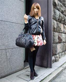 4黒のレザージャケット×花柄ミニスカ×ビッグハンドバッグ