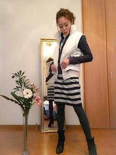 5白のダウンベスト×黒のジップパーカー×ボーダータイトスカート