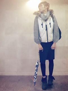 6白のダウンベスト×グレータートルニット×黒タイトスカート