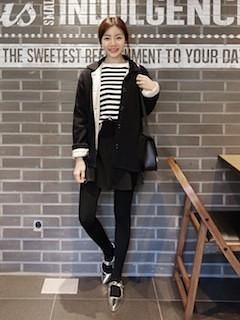 6黒のステンカラーコート×ボーダーTシャツ×黒デニム