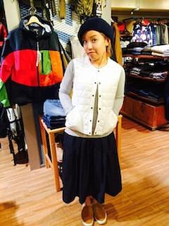 7白のダウンベスト×黒マキシ丈スカート×ベレー帽