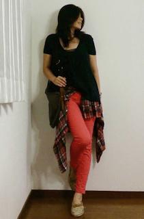 7赤パンツ×黒Tシャツ×チェックシャツ