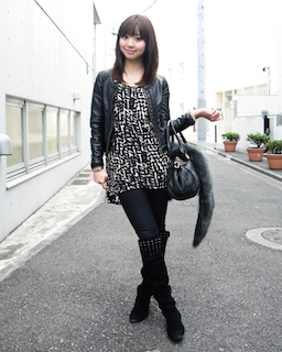 8黒のレザージャケット×白黒チュニックワンピ×ロングブーツ