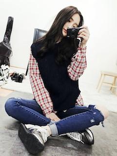 8黒ニットベスト×赤チェックシャツ×デニム