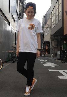 8黒パンツ×白Tシャツ×柄スニーカー
