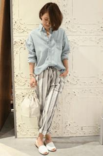 1デニムシャツ×麻パンツ×白サンダルの春コーデ
