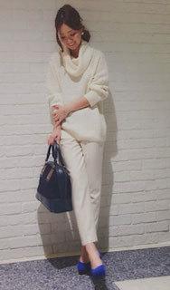 1白の春ニット×白パンツ×青パンプス