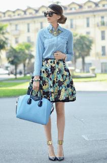 10デニムシャツ×花柄ミニスカート×ハンドバッグの春コーデ