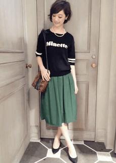 2緑フレアスカート×黒半袖ニット×黒パンプス
