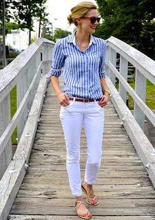 3ストライプのシャツ×白パンツ×サンダル