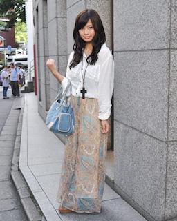 3白のシャツ×マキシ丈スカート×ハンドバッグ