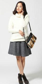 4グレーフレアスカート×白タートル×ショートブーツ