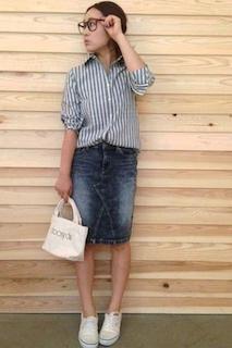 5ストライプのシャツ×デニムタイトスカート×スニーカー