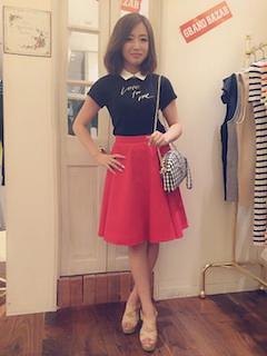 6赤フレアスカート×黒Tシャツ×ベージュサンダル