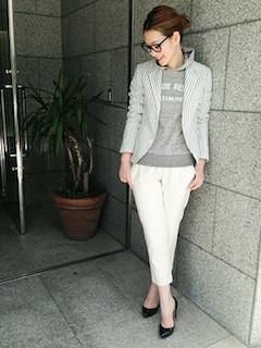 グレーのチュールスカート×白トップス×スカーフ