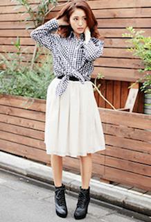 7ギンガムチェックシャツ×白シフォンスカート×ショートブーツ