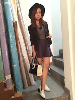 7グレーフレアスカート×黒ジャケット×黒い帽子