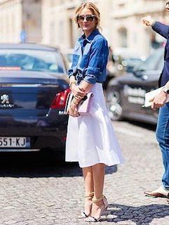 7デニムシャツ×白ミドル丈スカート×ヒールの春コーデ