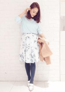 7パステル系の春ニット×花柄スカート×青系タイツ