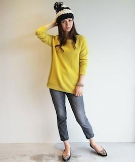 7黄色の春ニット×ユーズドデニムパンツ×ニット帽子