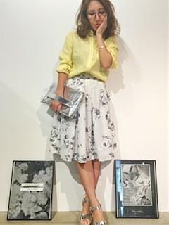 7黄色シャツ×花柄フレアースカート×ヒールサンダル