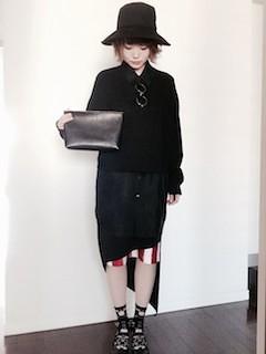 7黒シャツ×ストライプタイトスカート×ハット