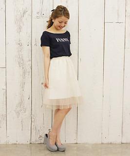 8白チュールスカート×黒Tシャツ×厚底サンダル