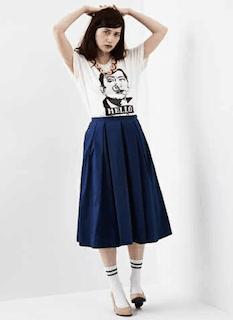 9ネイビーのフレアスカート×プリントTシャツ×ハイソックス