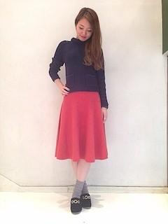 9赤フレアスカート×黒タートル×黒パンプス