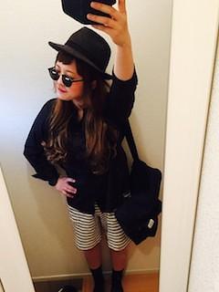 9黒シャツ×白黒ミディアムパンツ×帽子
