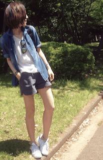 10グレーショートパンツ×デニムシャツ