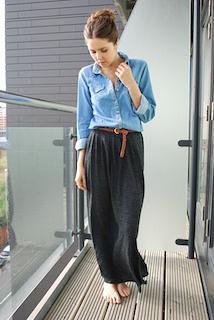 2黒ロングスカート×デニムシャツ