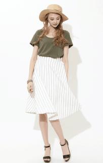 4グリーンTシャツ×白ストライプスカート