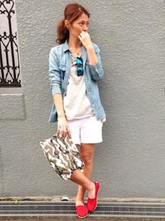 7白ショートパンツ×デニムシャツ
