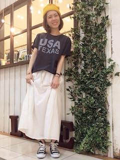 7白マキシ丈スカート×黒Tシャツ