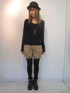 8ベージュショートパンツ×黒長袖Tシャツ