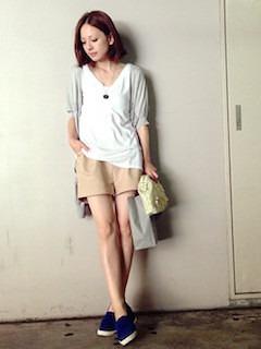 9ベージュショートパンツ白Tシャツ