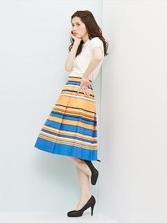 10白のポロシャツ×マルチボーダースカート×黒ヒール