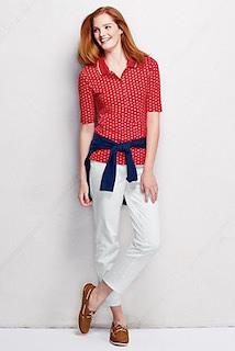 10赤のポロシャツ×白パンツ×紺カーディガン