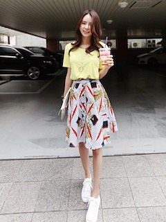 10黄色Tシャツ×フレアスカート